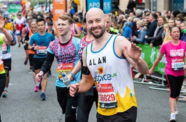 Alan Hunter running the London Marathon for Hospice UK